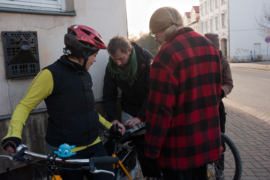 Zwei Weggefährten, die in den kommenden Jahren unabhängig voneinander immer wieder unterstützend auftauchen sollten: die Journalistin Janet und Norman, der eine eigene Radioshow in Berlin aufbaute…
