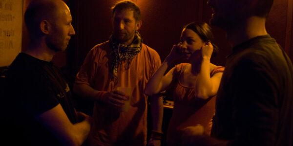 Nach dem Konzert eine kurze Besprechung. Ingo Hassenstein (Gitarre), icke, Maria Schneider (Percussion) und Dominik (Keys)